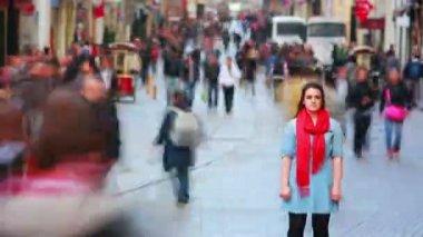 Woman posing on busy street, timelapse — Vídeo Stock