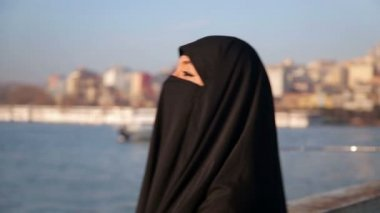 Woman in chador on istanbul street — Stockvideo