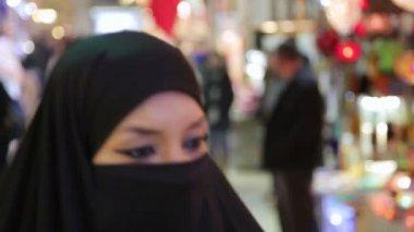 Mulher com lenço no grande bazar — Vídeo stock