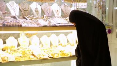Woman with headscarf shopping at Grand Bazaar — Stock Video