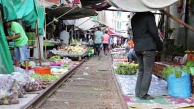 Trem passando por mercado de guarda-chuva de dobramento — Vídeo stock