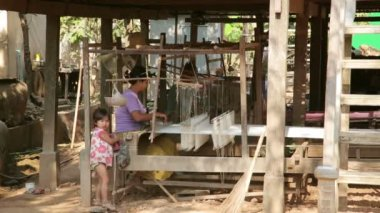 Cambodian woman silk textile manufacturing — Stock Video