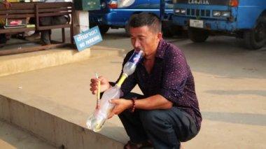 Local man smoking bong — Stock Video