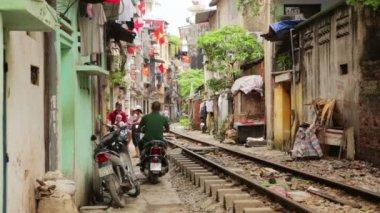 Trem passando por favelas — Vídeo stock
