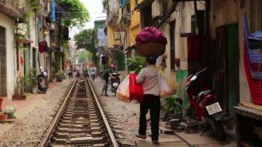 Train passing through slums — Stock Video