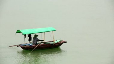 Vietnamese woman paddling boat — Stock Video