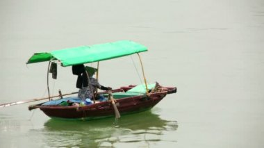 Vietnamese woman paddling boat — Stock Video