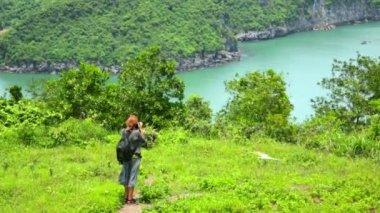 旅游女孩拍照 — 图库视频影像