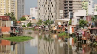 Ho Chi Minh City slums by river — Stock Video