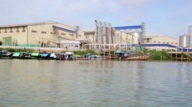 Floating market slums near factory — Stock Video