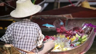 Man at floating market — Stock video
