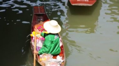 Woman at floating market — Stock Video