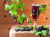 Black currant liquor and ripe berries  — Stock Photo