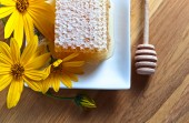 honeycomb and yellow flowers  — Stock Photo