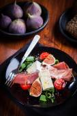 Salad with fresh figs and prosciutto — Stock Photo