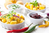 Pieczone ziemniaki z sosem i kwaśną śmietaną — Zdjęcie stockowe