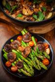 Green asparagus salad with roasted mushrooms — Stock Photo