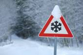 Traffic sign warns of snow and ice — Stock Photo