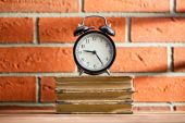 The old clock and old books — Foto de Stock