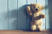 Teddy Bär steht vor einer blauen Wand — Stockfoto