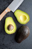 Halved avocado — Stock Photo