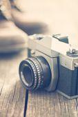Retro analogové kamery na starý dřevěný stůl — Stock fotografie