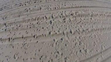 Pegadas na areia da praia — Vídeo stock