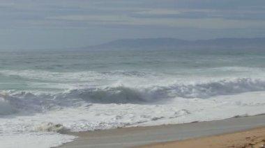 Ondas batendo na praia — Vídeo stock
