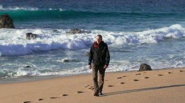 Mann zu fuß am strand — Stockvideo