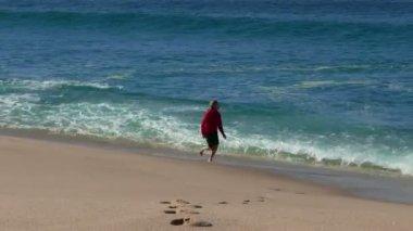Žena na pláži — Stock video
