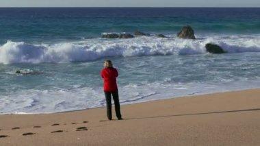Žena dělat fotografie oceánu — Stock video