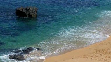 Waves Crashing on Rocks — Stock Video
