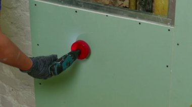 Repairer Drilling wall — Stock Video