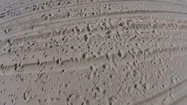Empreintes de pas sur la plage de sable fin — Vidéo