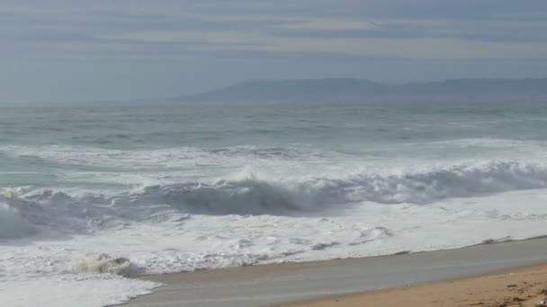 Vagues qui s'écrasent sur la plage — Vidéo