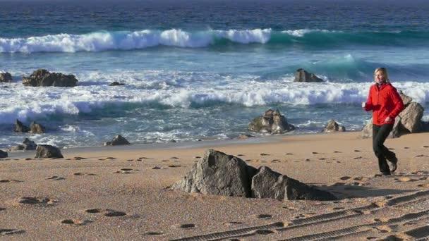 Femme qui court sur la plage — Vidéo