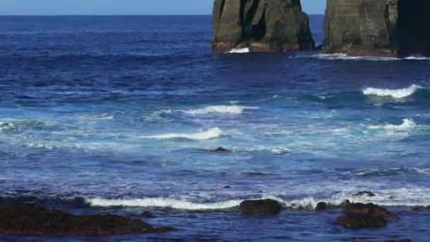 Rompiendo las olas del océano Atlántico — Vídeo de stock