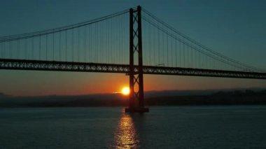 Sunset on the 25 de Abril Bridge in Lisbon — Stock Video