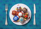Velikonoční vajíčko na bílé plotně — Stock fotografie