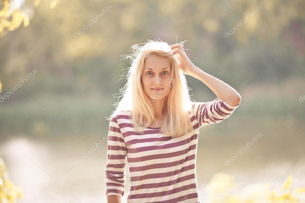 Очаровательная блондинка и природа