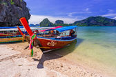 Long tail boats on the coast of James Bond Island — Stockfoto