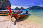 Long tail boats on the coast of James Bond Island — Stock fotografie