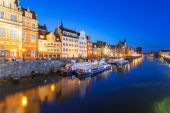 Old town of Gdansk at night with reflection in Motlawa river — Foto Stock
