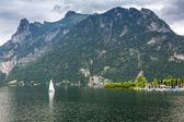 Idílico lago en las montañas de los alpes — Foto de Stock
