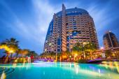 Tropical resort in Abu Dhabi at night — Foto Stock