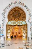 Interior of Sheikh Zayed Grand Mosque in Abu Dhabi — Stock Photo