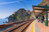 People waiting for a Cinque Terre train in Manarola, Italy — Stock Photo
