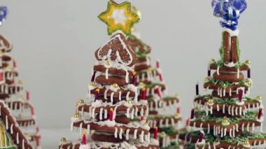 Christmas gingerbread house and gingerbread tree — Stock Video