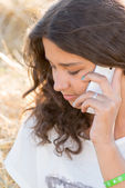 Teen girl talking on the phone outdoors — Stock Photo