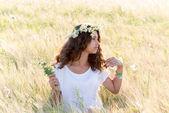 Adolescente avec une couronne de marguerites dans le champ — Photo